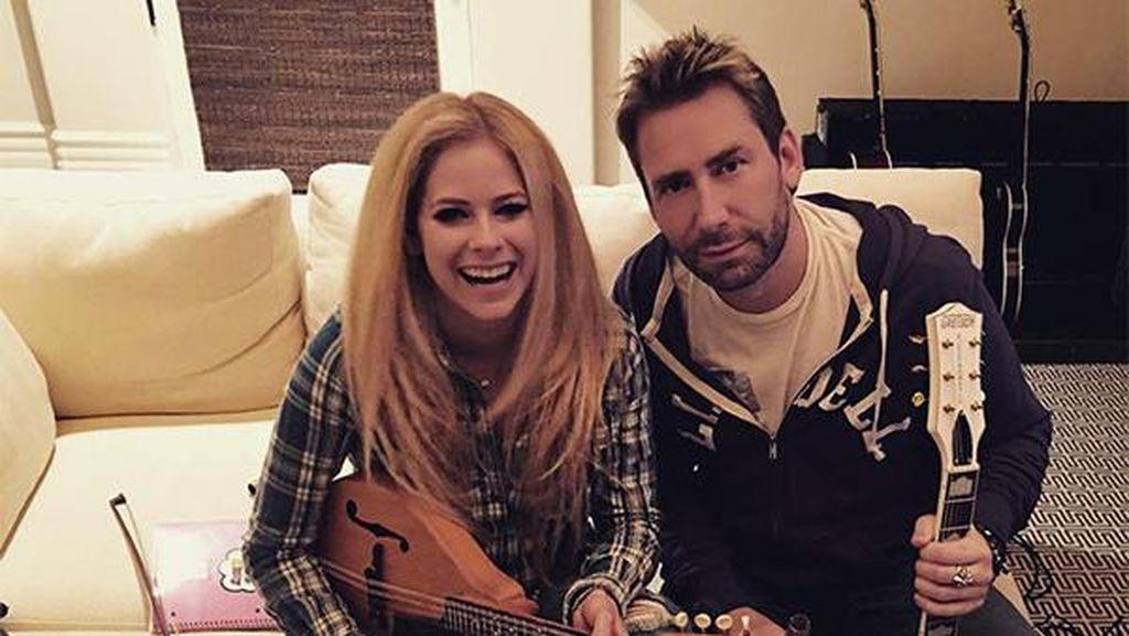 6 Bulan Pasca Cerai, Avril Lavigne dan Mantan Suami Tetap Akrab