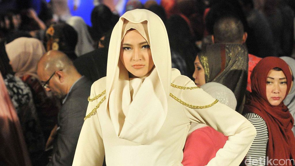 Berhijab, Begini Aksi Marshanda di Catwalk