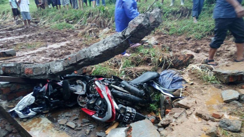 Tembok Roboh di Bogor Selatan Timpa Pemotor, Seorang Pelajar Tewas