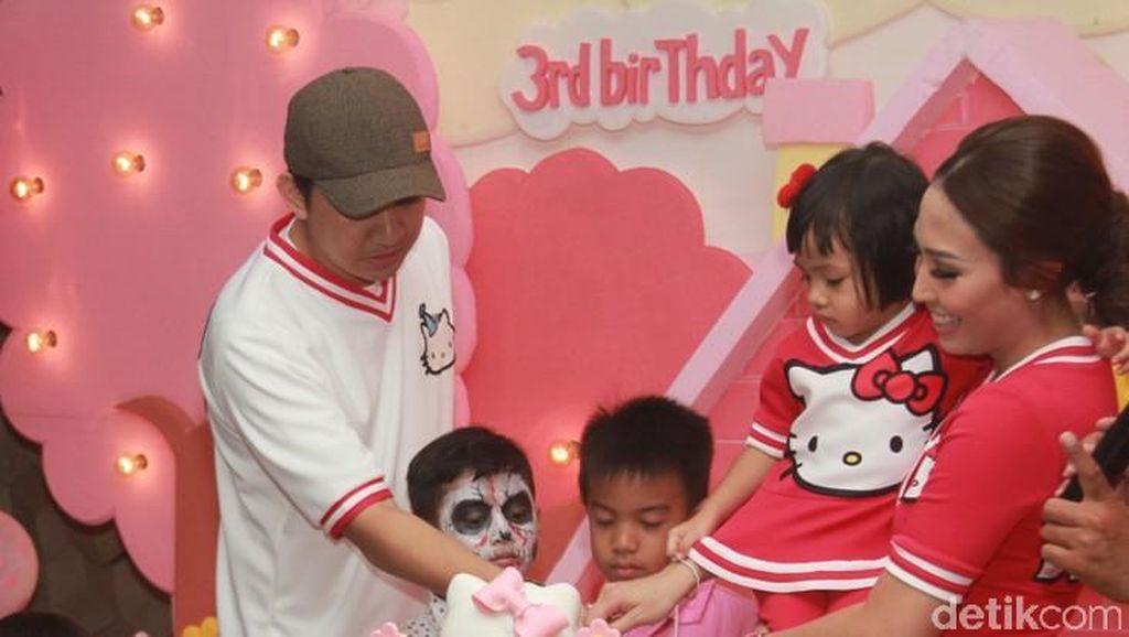 Rayakan Ulang Tahun Anak, Ayu Dewi Bikin Pesta Serba Hello Kitty