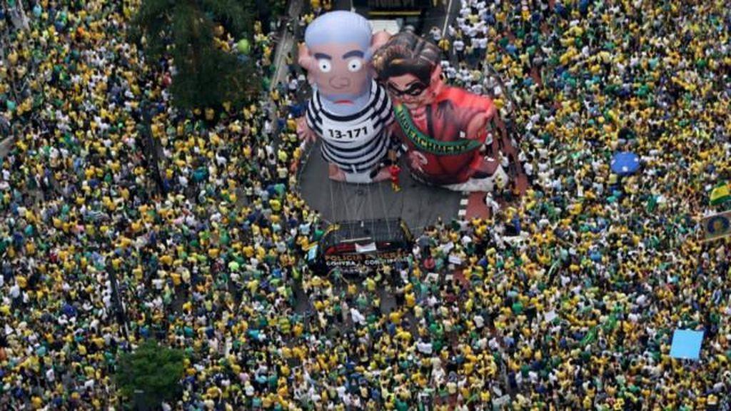 Warga Brasil Gelar Aksi Menuntut Mundur Presiden Rousseff