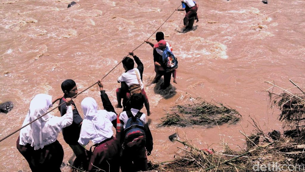 Siswa SD Bergelantungan di Tali Sling, Jembatan Darurat Masih Tunggu Kajian