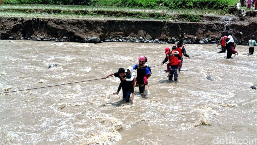 Jembatan Gantung Putus, Relawan PMI ini Gendong Siswa SD Berangkat Sekolah