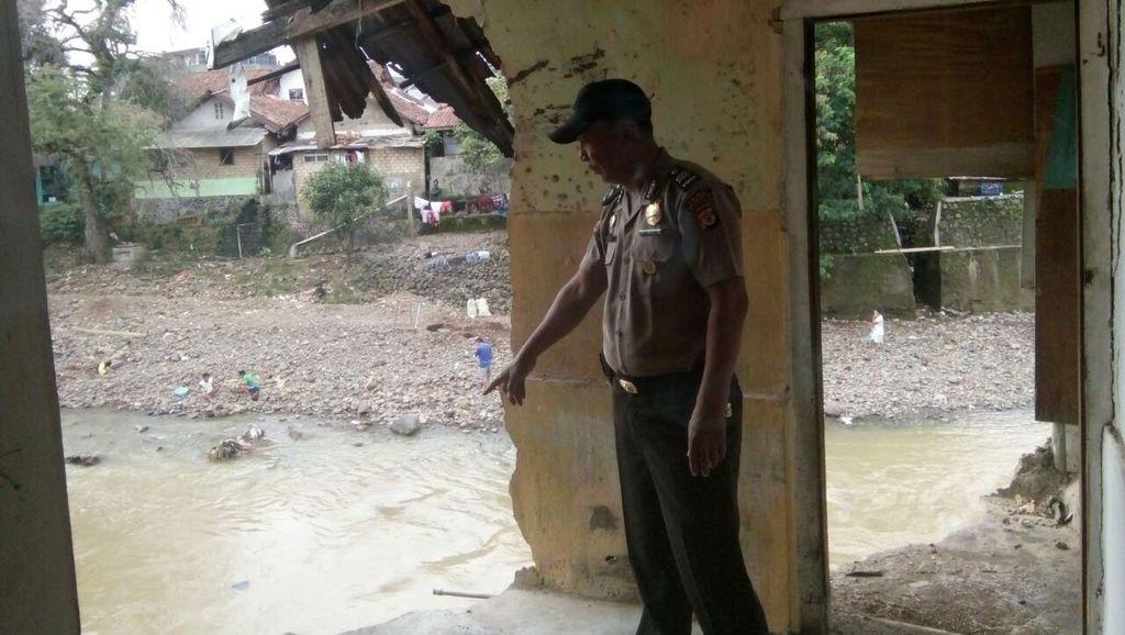 Sebuah Rumah di Bogor Rusak Akibat Tergerus Aliran Sungai Cisadane