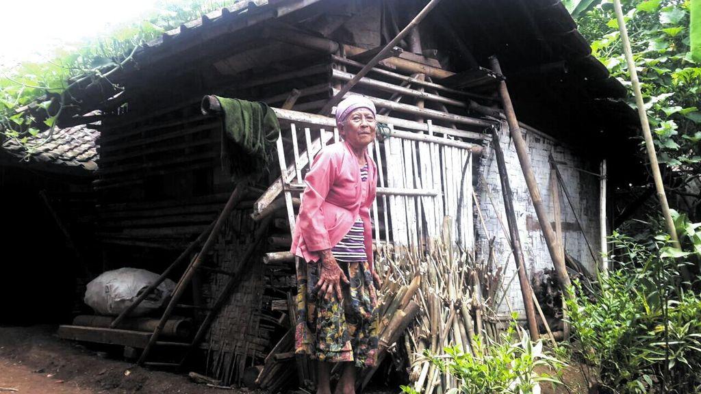 Kisah Mak Ikah yang Tinggal di Bekas Kandang Kambing Miliknya di Sukabumi