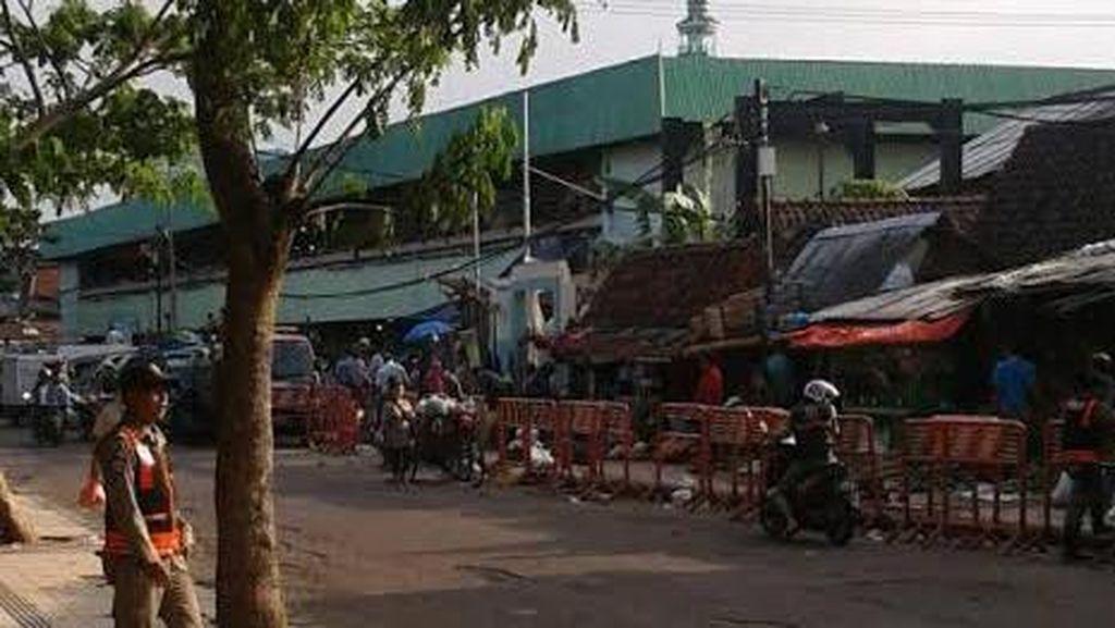 Cegah Aksi Pedagang Liar, Satpol PP Blokir Pintu Masuk Pasar Keputran