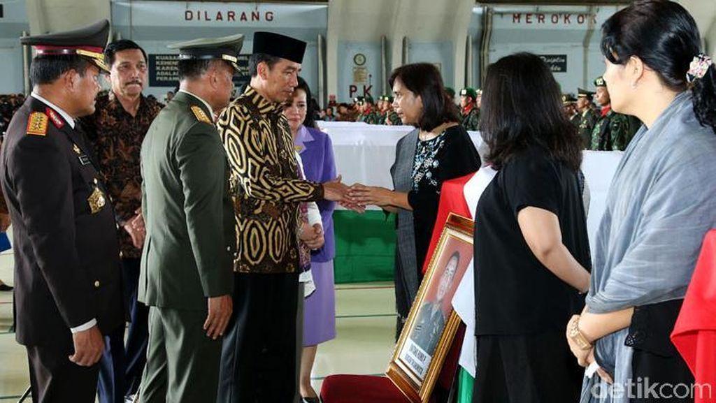 Jokowi Temui Keluarga Korban Jatuhnya Heli TNI