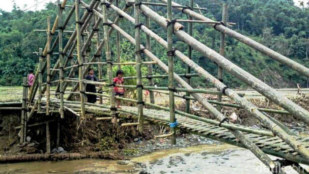 Relawan Bikin Jembatan Darurat, Siswa SD Tak Lagi Bergelantungan ke Sekolah