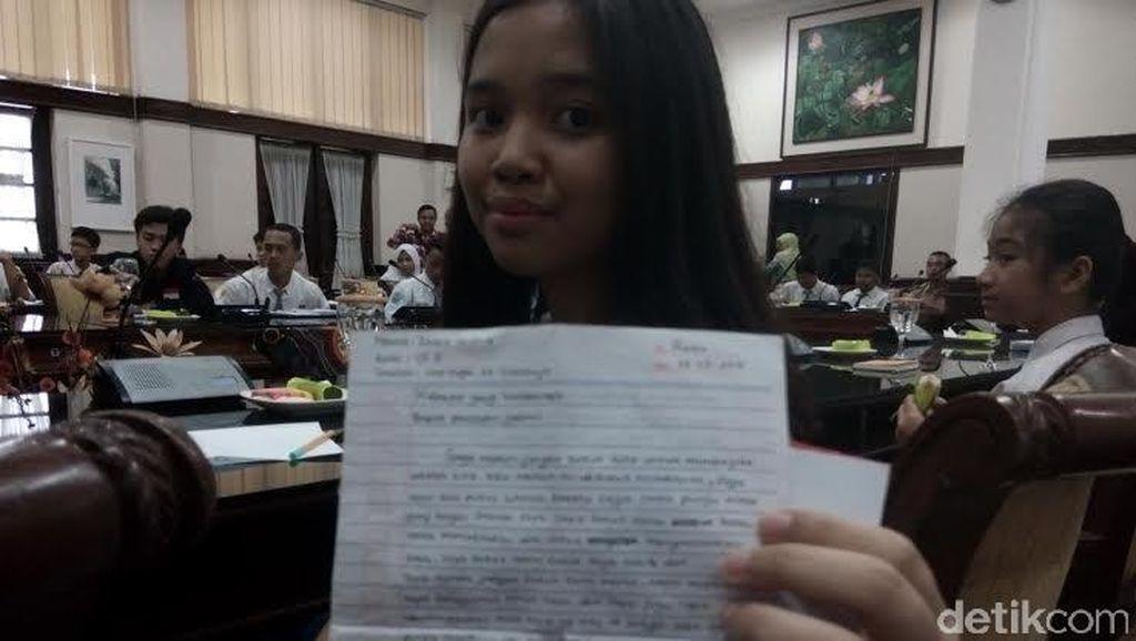 Surat untuk Presiden Jokowi dari Siswi SMP Membuat Risma Berkaca-kaca