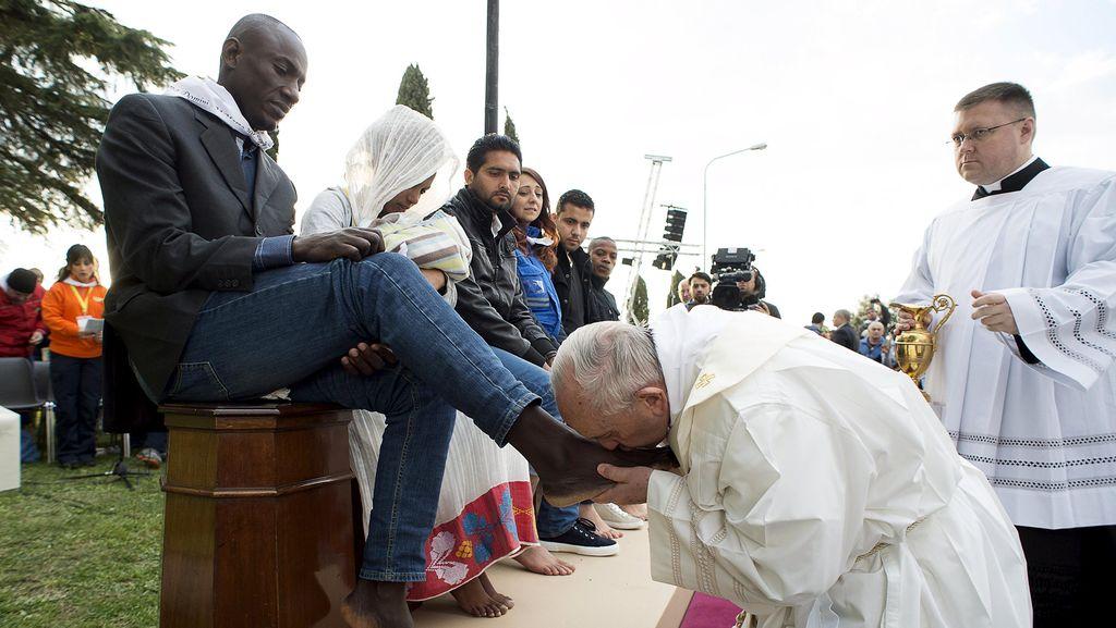 Paus Fransiskus Basuh dan Cium Kaki Imigran Muslim