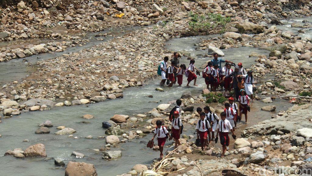 Terharu Melihat Bocah-bocah SD ini, Terabas Medan Sulit karena Jembatan Ambrol