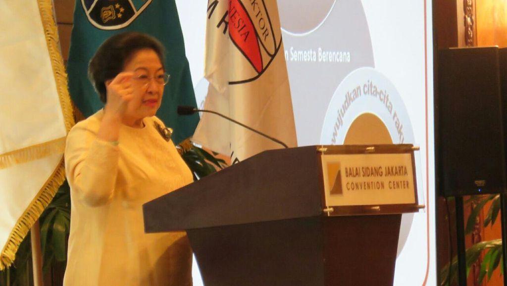 Bacakan Pidato Wakili Keluarga Bung Karno, Megawati Menangis