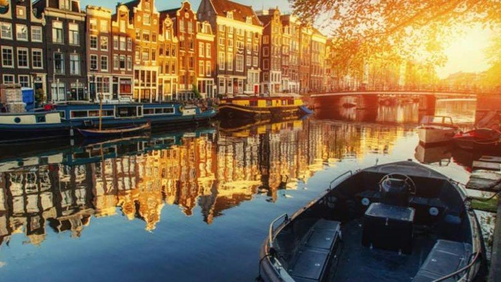 Antara Kanal, Sepeda, Tulip dan Kincir Angin