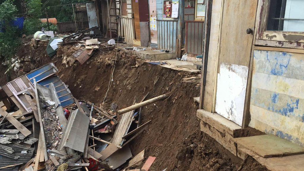 Longsor di Tepi Ciliwung, 6 Rumah di Condet Jaktim Rusak Parah