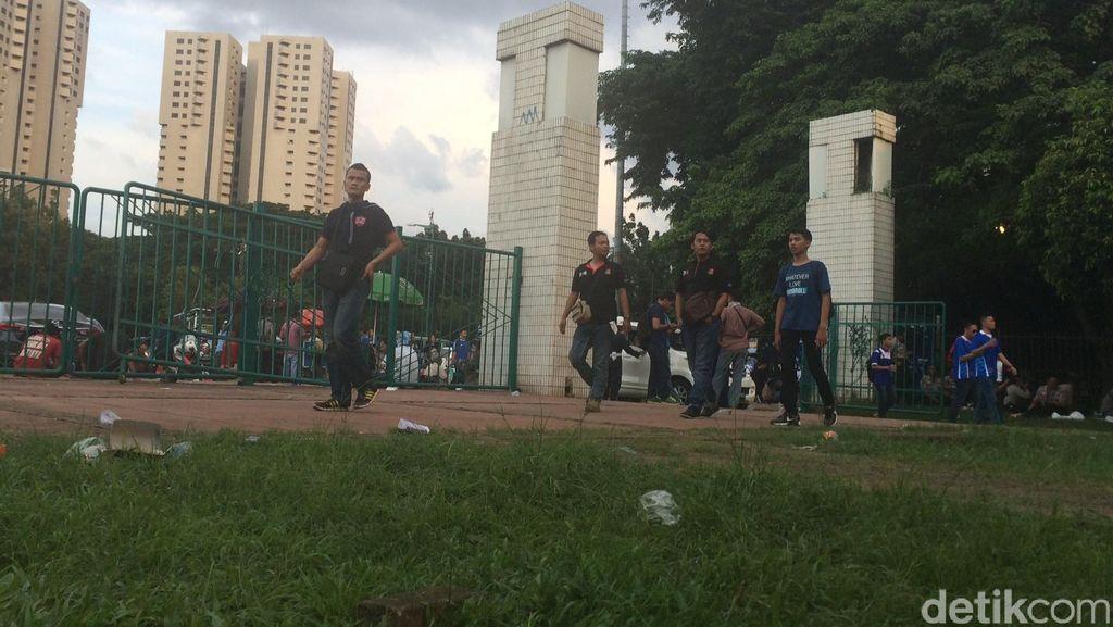Suporter Bola Jebol Pintu Timur Stadion GBK