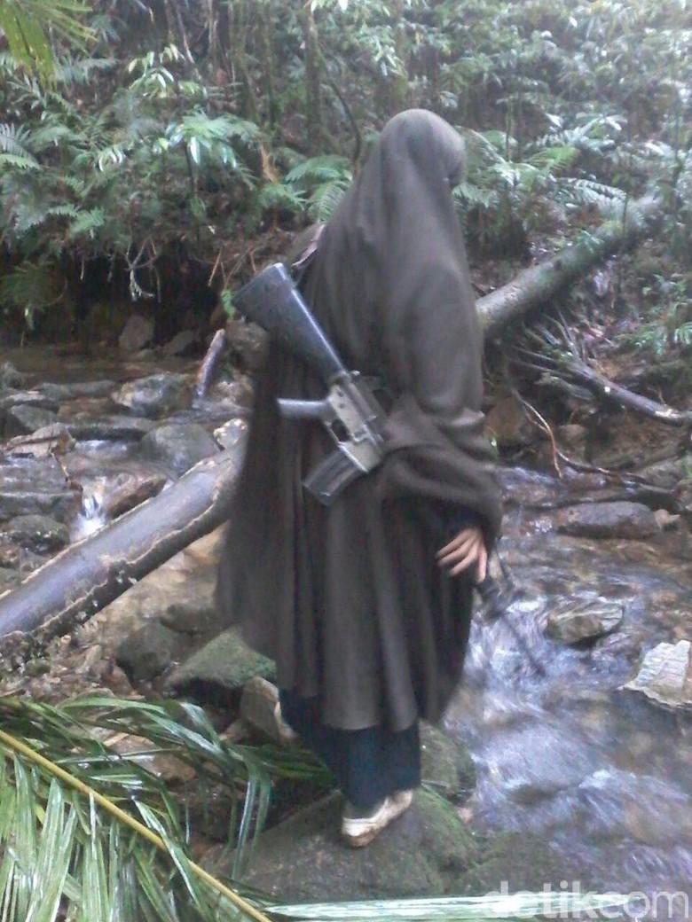 Ini Penampakan Istri Santoso Menenteng Senjata di Hutan Poso