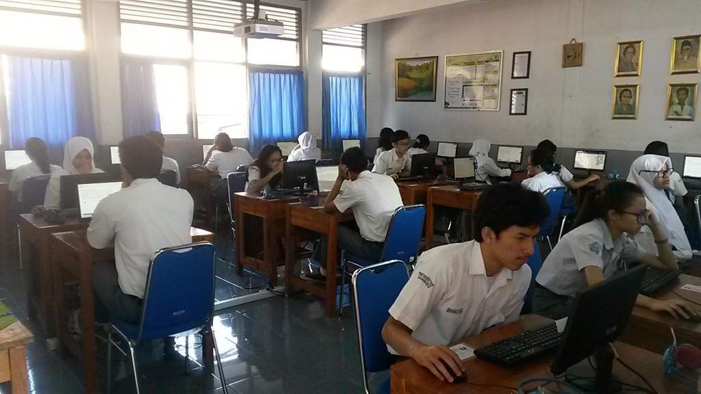 Ahok Pertimbangkan Siswa Boleh Bawa Laptop untuk Kerjakan UN
