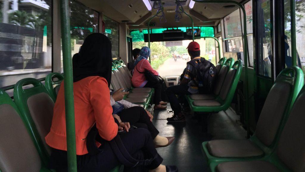 Naik Bus Feeder TransJ dari Stasiun, Penumpang: Nyaman dan Tidak Ngetem