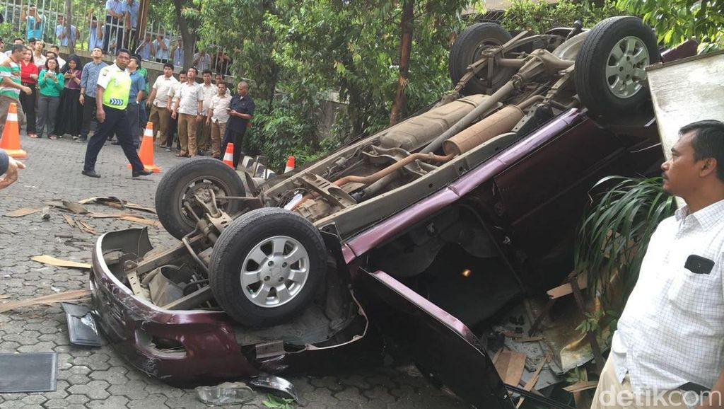 Mobil yang Jatuh dari Lantai 3 Gedung Ditjen Migas Jemputan Karyawan