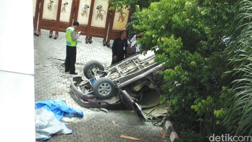 Mobil Tabrak Pembatas Sebelum Terjun dari Lantai 3 Gedung Plaza Centris