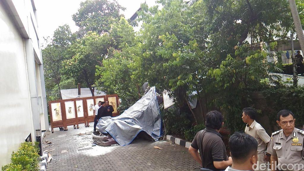 Polisi: Mobil Jatuh dari Lantai 3 Plaza Centris karena Hilang Kendali