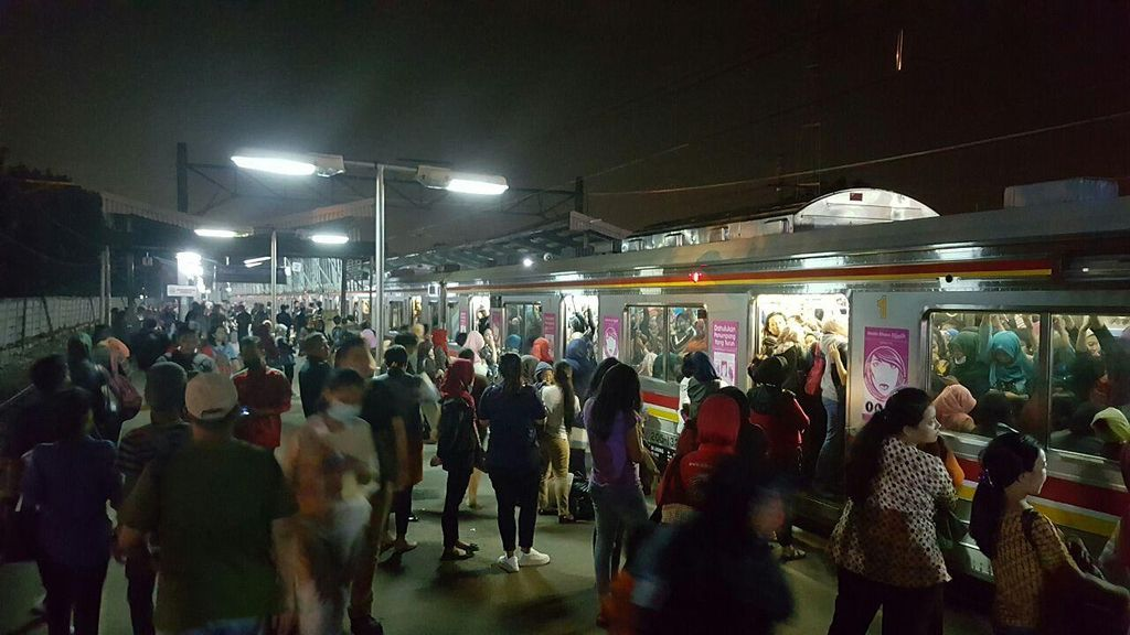 Stasiun Pasar Minggu Masih Padat Penumpang yang Tunggu Kereta ke Bogor