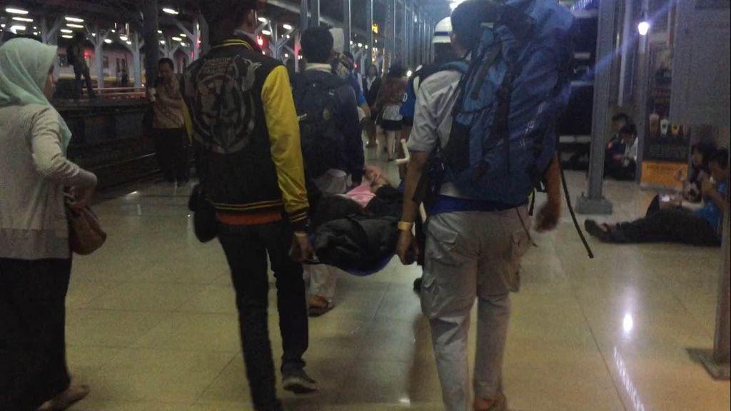 Desak-desakan, Seorang Wanita Pingsan di Stasiun Manggarai