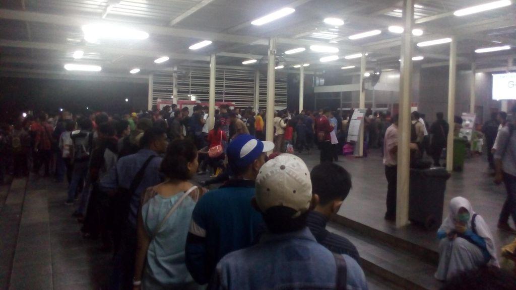 Stasiun Manggarai Masih Dipadati Penumpang ke Arah Bogor