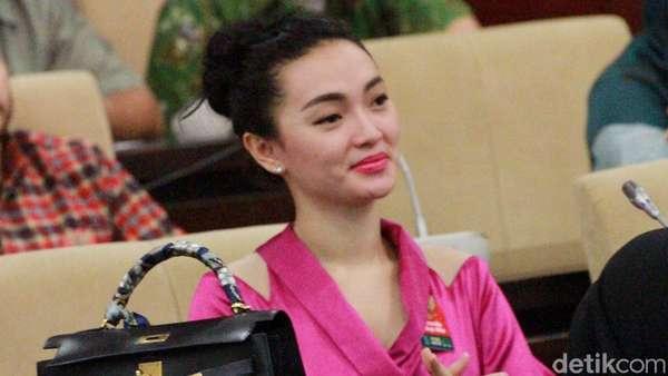 Zaskia Gotik Tampil Pinky di Gedung DPR/MPR RI