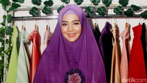 Manisnya Nuri Maulida Berhijab Syari Ungu