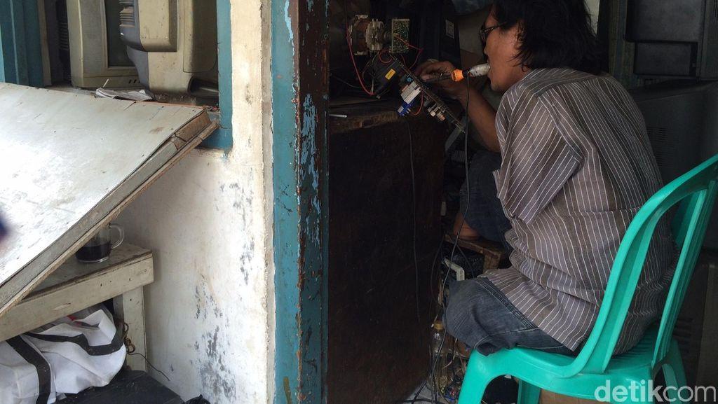 Suka Duka Agus Jadi Tukang Servis Elektronik: Disepelekan Hingga Diberi TV