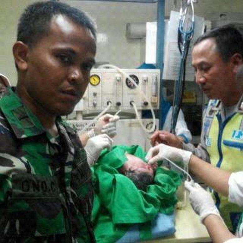 Polisi ini Bantu Anggota TNI yang Istrinya Melahirkan di Dalam Mobil di Rawamangun