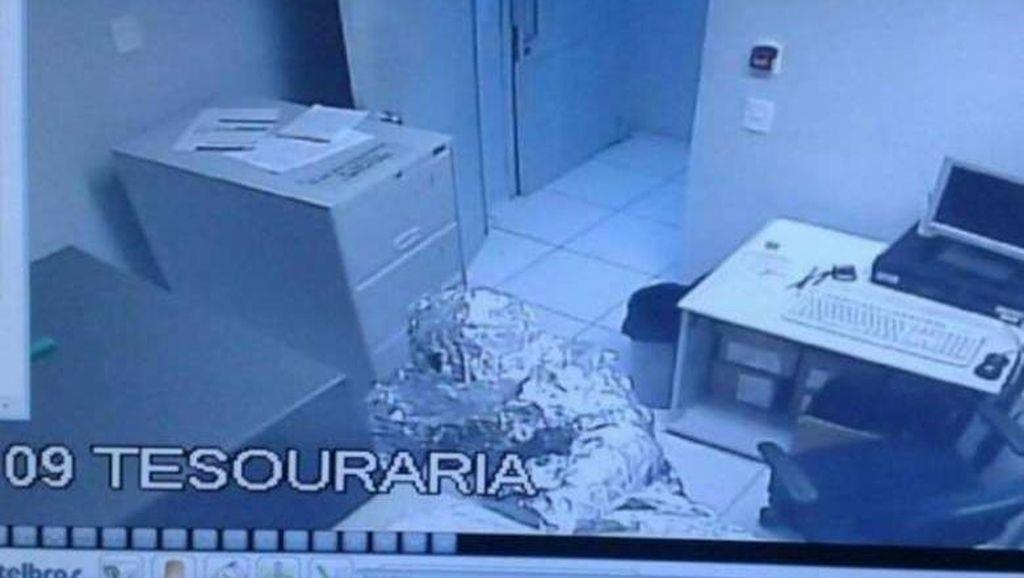 Berbalut Aluminium Foil, 2 Pria Rampok Bank di Brasil