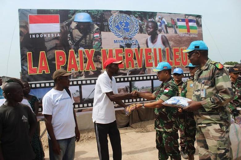 0b2bb345 0496 412b b62b 464e8b91f896 » Pasukan TNI Bagi-bagi Ribuan Pakaian Batik Di Afrika Tengah
