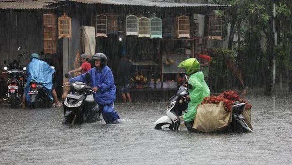 Surabaya Tergenang Usai Diguyur Hujan Sejak Dini Hari Tadi