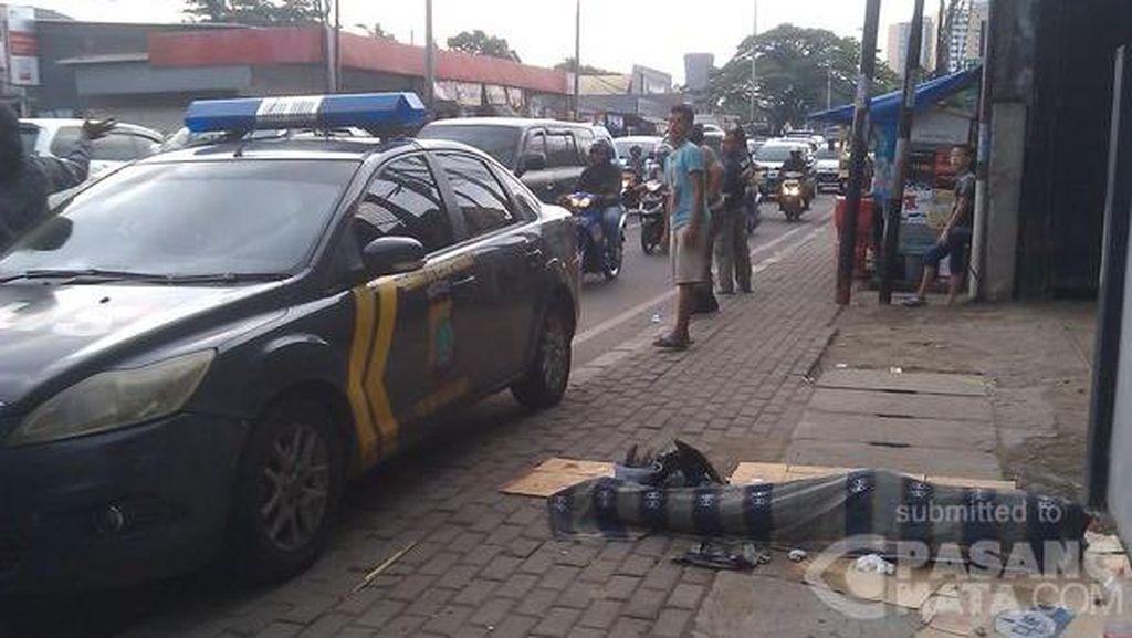Jasad Nenek Tunawisma Tergeletak di Trotoar Jalan Raya Bogor
