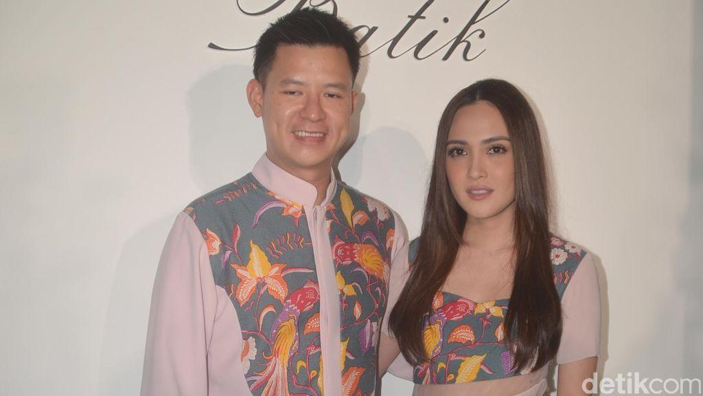 Shandy Aulia Bisnis Batik, Suami Bantu Jualan