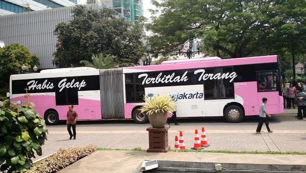 Ahok Luncurkan Bus Pinky Khusus Wanita di Hari Kartini