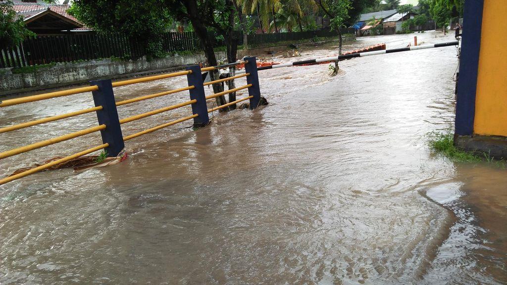 Kali Molek Meluap, Jalan Pondok Gede Raya Banjir