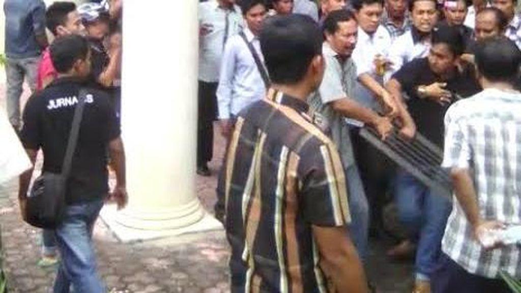 Mahasiswa yang Lempar Besi Penutup Selokan ke Kantor Bupati Pamekasan Diamankan