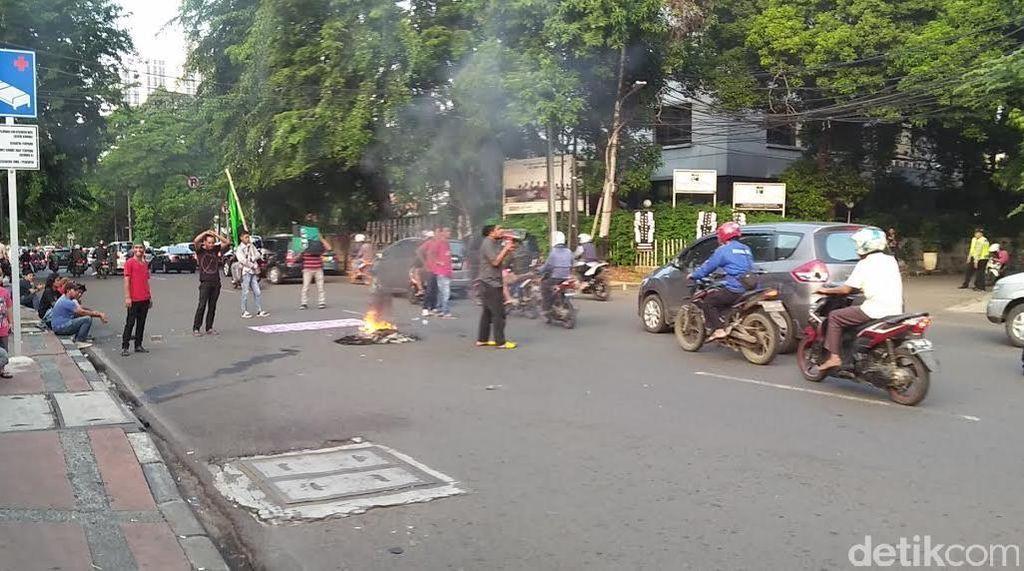 Pendemo Bawa Bendera HMI Bakar Ban di Jl Diponegoro, dan Setop Feeder TransJ