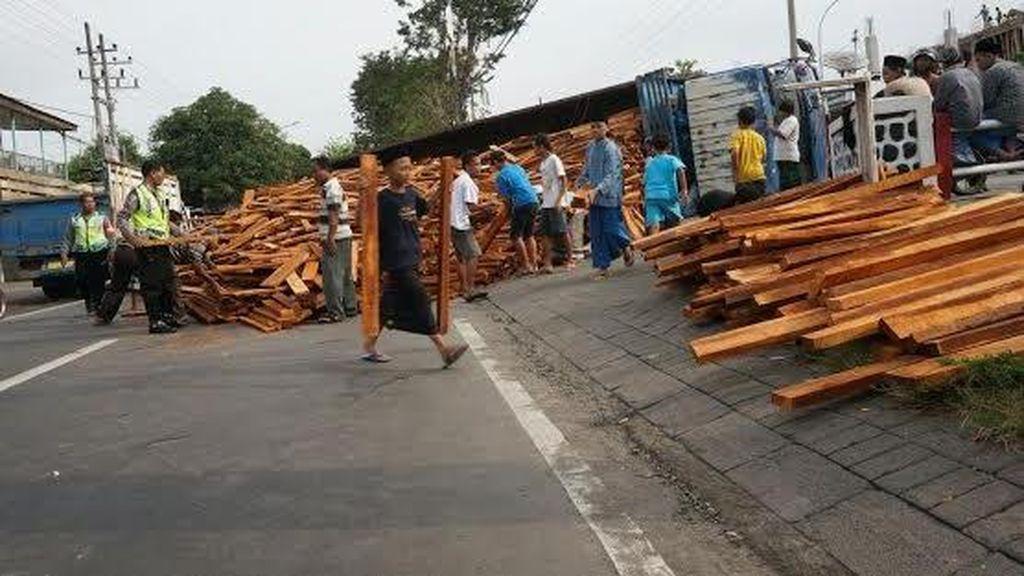 Truk Muat Ribuan Balok Kayu Terguling Tutup Jalur Jombang-Lamongan