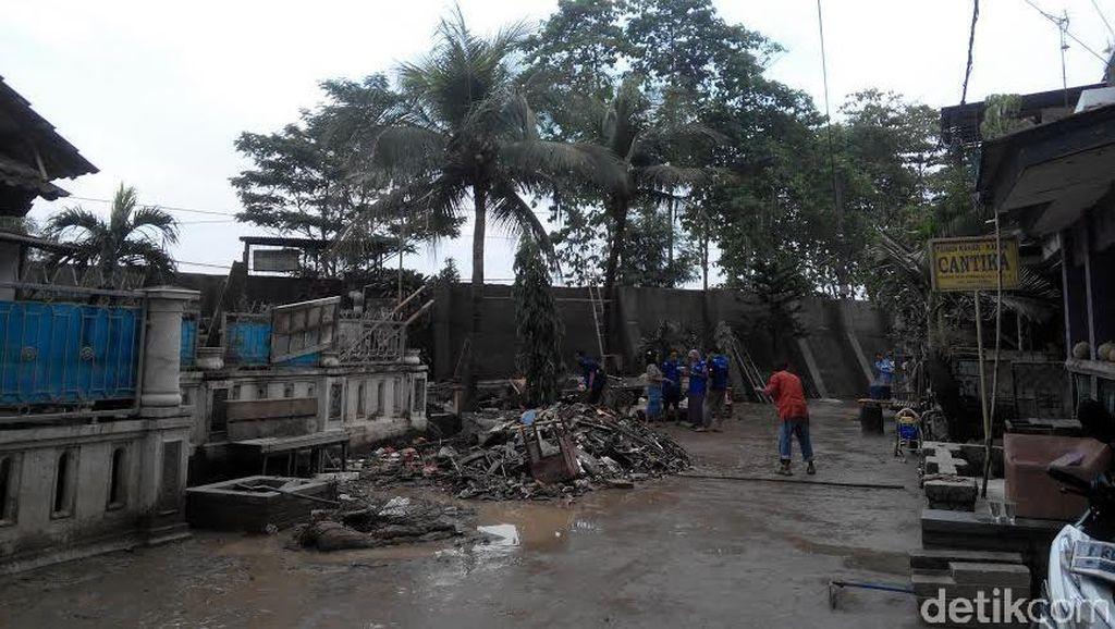Banjir Surut, 60 KK Pondok Gede Permai Bertahan di Tenda Pengungsian