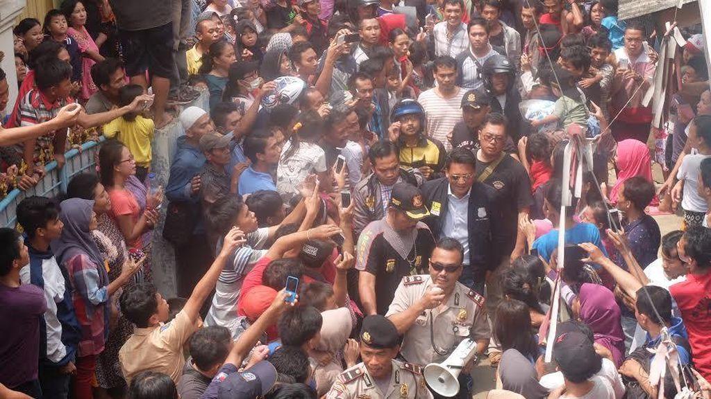 Warga Menyemut Tonton Rekonstruksi, Polisi: Biar Pengadilan yang Hukum Agus