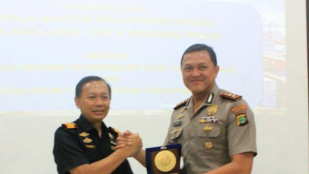 Berantas Kejahatan di Pelabuhan Priok, AKBP Hengki Dapat Penghargaan dari Bea Cukai