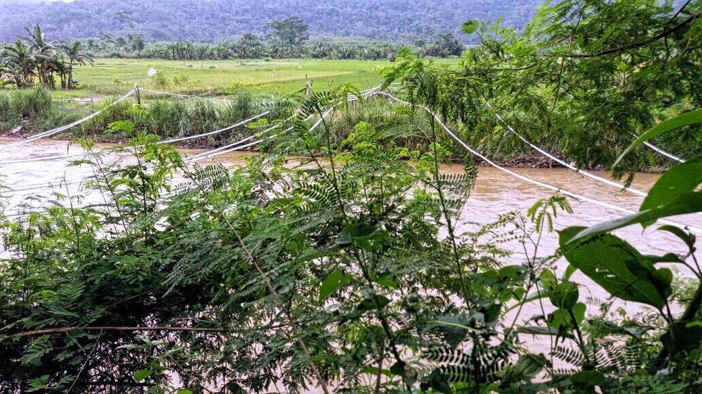 Tak Ada Jembatan, Kakek Hanyut Karena Seberangi Sungai Cimandiri Pakai Ban