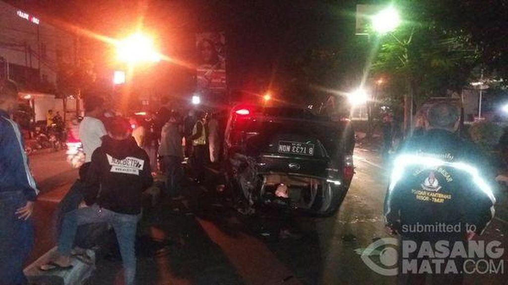 Mobil Terbalik Usai Tabrak Trotoar di Jalan Dewi Sartika, Sopir Luka-luka