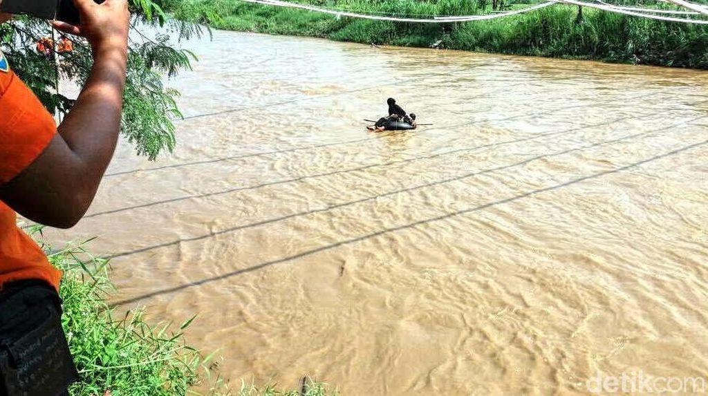 Tak Ada Jembatan, Warga Cibuntu Harus Seberangi Sungai dengan Ban untuk Pergi ke Sawah