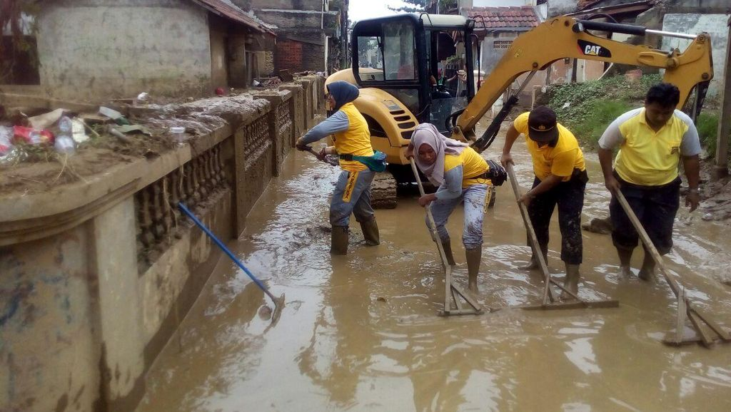 Melihat Semangat Para Polwan Bersihkan Lumpur Sisa Banjir di Jatiasih