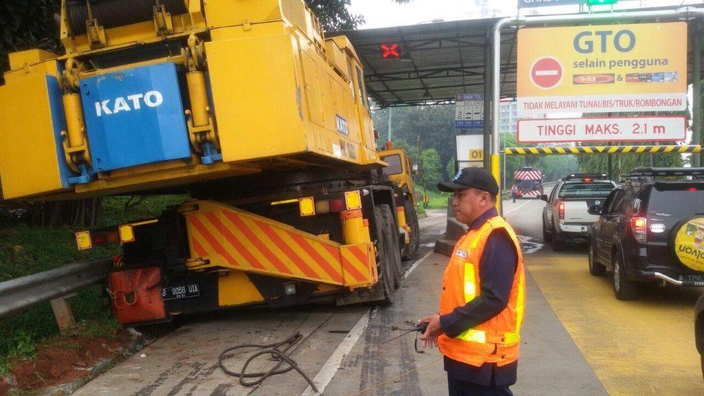 Truk Tersangkut di Gerbang Tol Ciputat 2, Lalin Padat